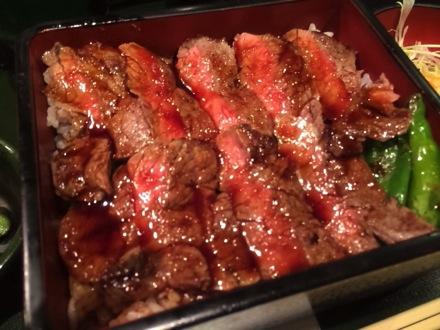 [C]本みやけの絶品ステーキ重が唸るほどの美味しさ!無我夢中で思わずガッツリご飯をかきこんでしまった。