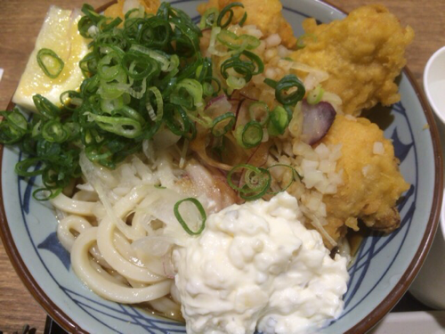 [C]丸亀製麺のタル鶏天ぶっかけ 揚げたて鶏天にタルタルは反則的な旨さ!
