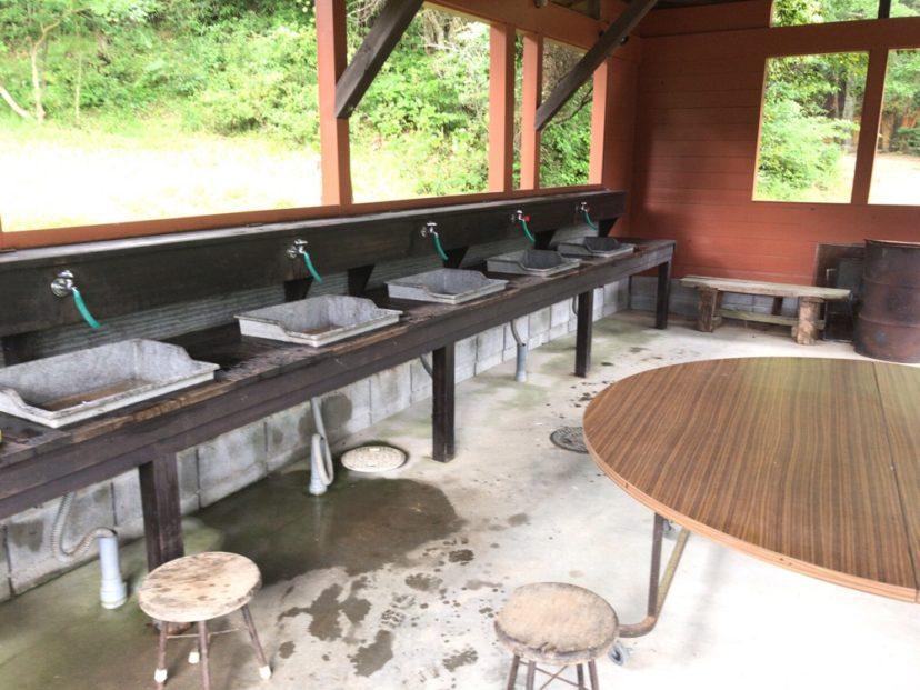 自然の森ファミリーオートキャンプ場の受付近くにある炊事場