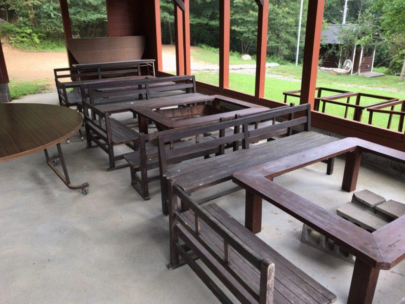自然の森ファミリーオートキャンプ場の炊事場にある休憩所