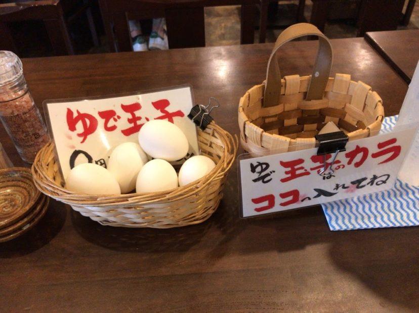 ゆで卵を置いているテーブル