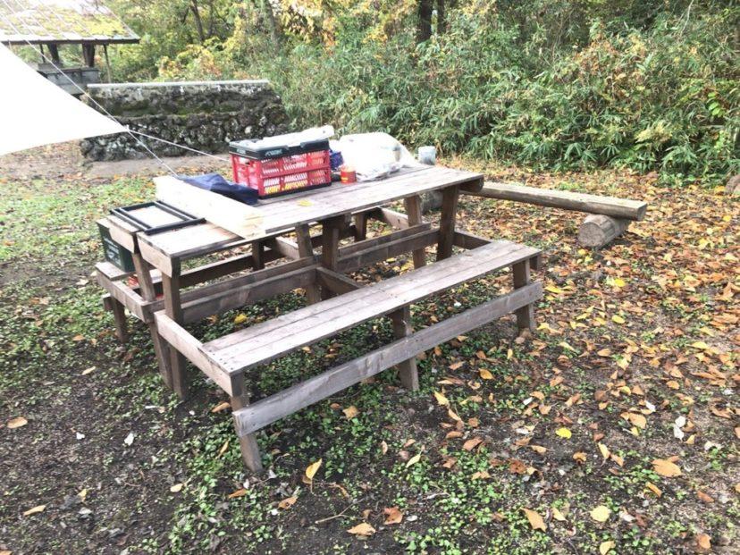 木のベンチとテーブル